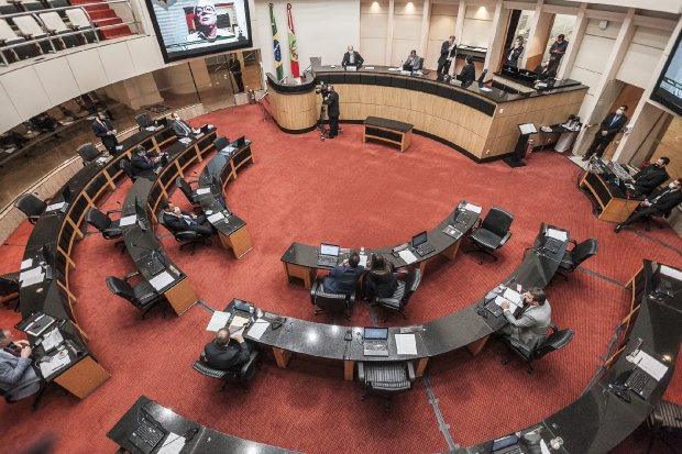 Sessão tem apelo para Celesc adiar aumento e defesa da liberdade de expressão