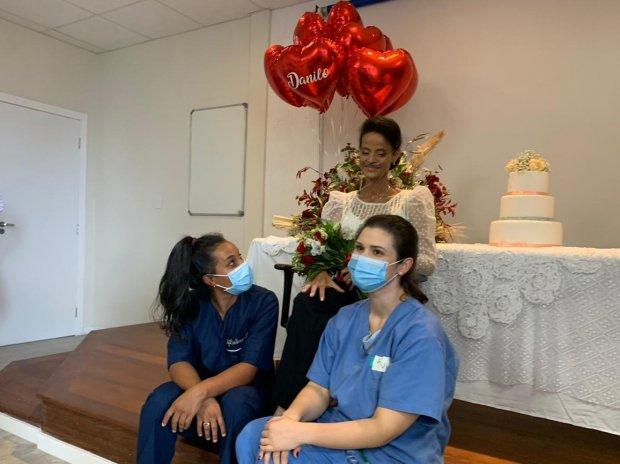 Servidores organizam casamento de paciente dentro do Hospital Celso Ramos, em Florianópolis