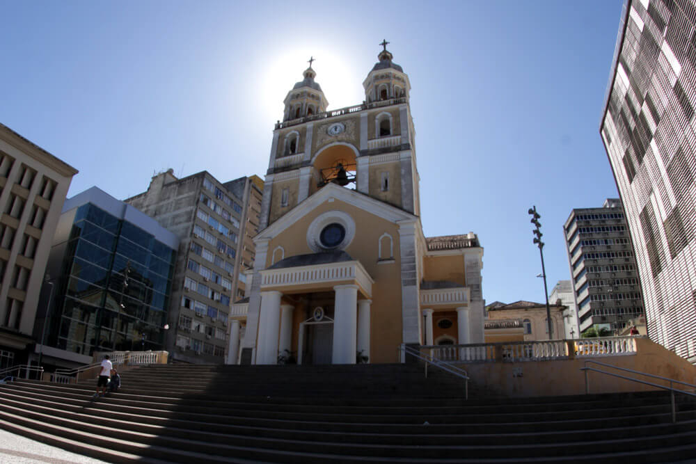 Sinos de igrejas em todo país tocam em homenagem a mortos por covid-19