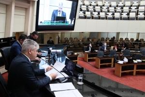 Comissão aprova impeachment do governador e isenta vice