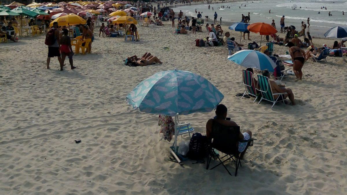 Praia da Barra da Lagoa estava lotada neste Domingo 08, em Florianópolis