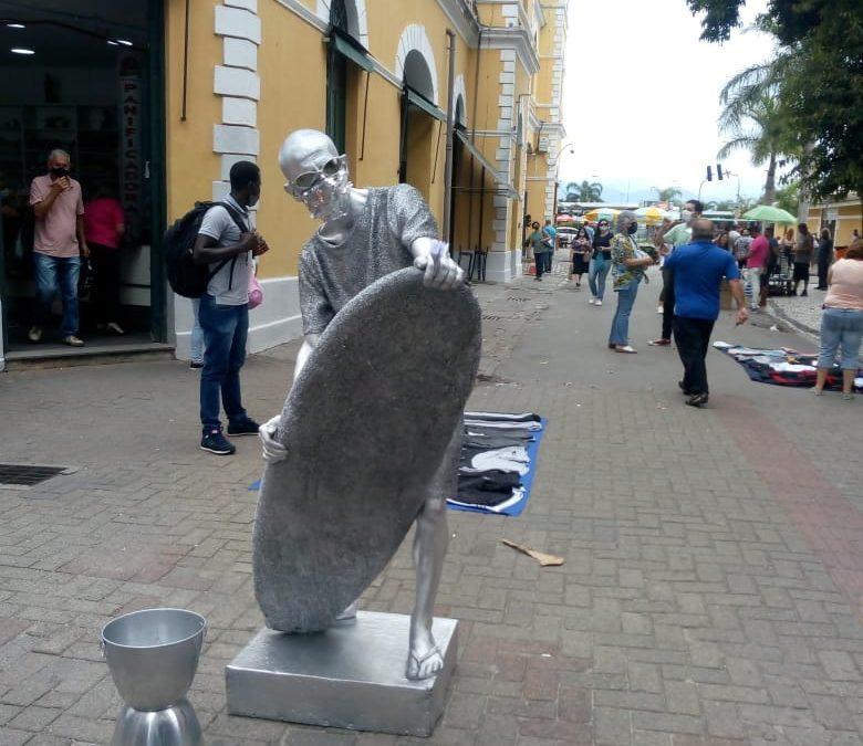 Em tempos de Covid-19, até a estátua viva usa máscara de proteção em Florianópolis