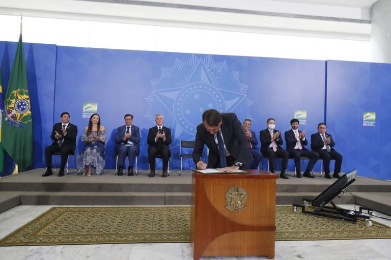 Presidente assina MP de R$ 20 bilhões para vacinação contra a Covid-19