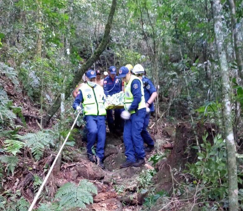 Corpo de Bombeiros Militar busca e resgata adolescente após queda em ribanceira em Riqueza/SC