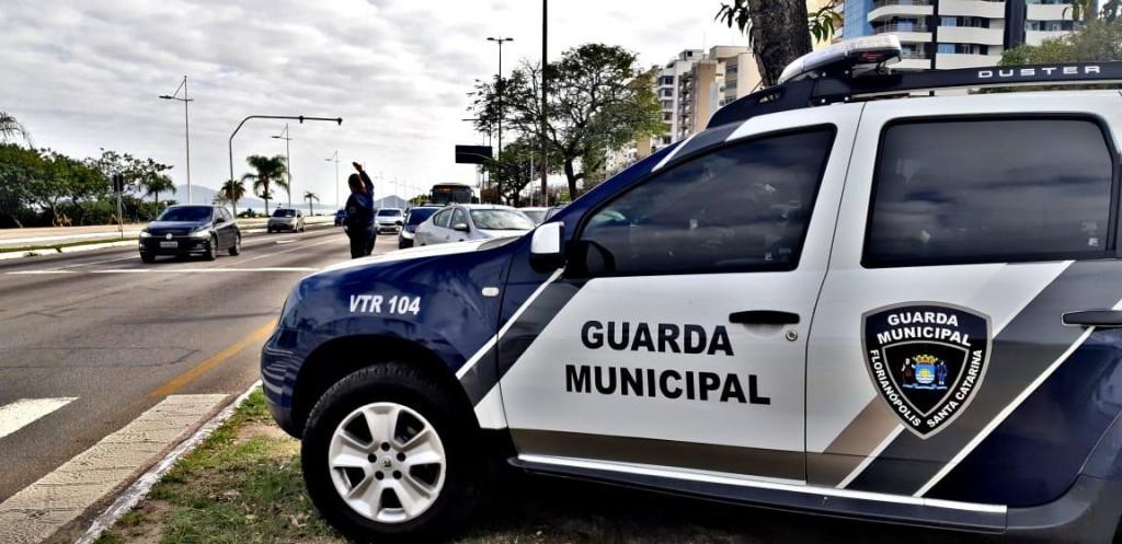 Mãe pede auxilio da Guarda Municipal de Florianópolis para socorro seu bebê