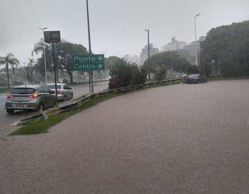 Grande volume de chuva caiu nas primeiras horas de Domingo, (24) em Florianópolis