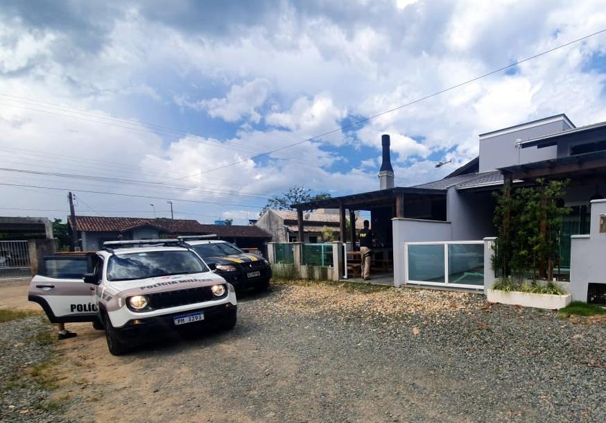 Ação conjunta PRF e PM recupera carro roubado e prende quatro envolvidos na BR 101 em Barra Velha/SC