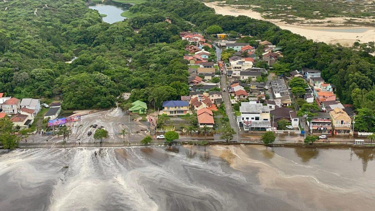 Alagamento atinge casas e carros na Lagoa da Conceição no leste de Florianópolis