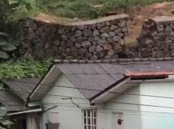 Muro cai sobre parte de uma residência no sul de Florianópolis