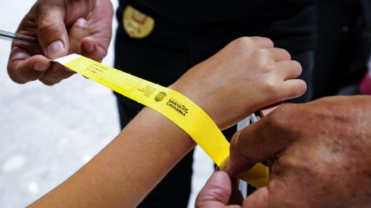 Crianças estão recebendo pulseirinhas para identificação nas praias em SC