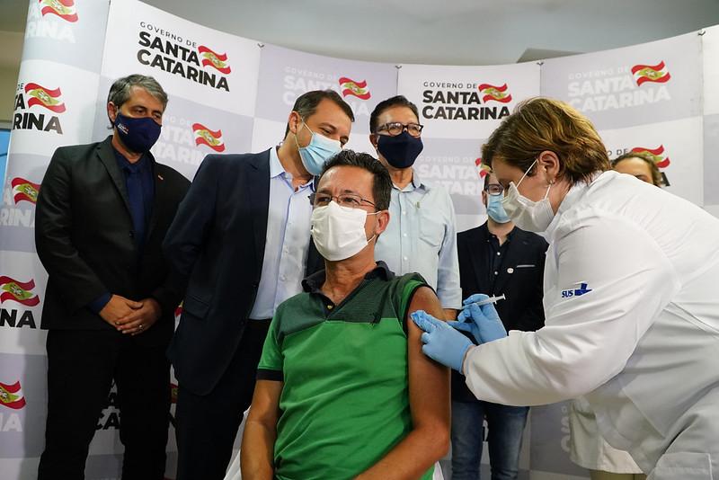O Enfermeiro Júlio César, é primeiro Catarinense vacinado em Florianópolis