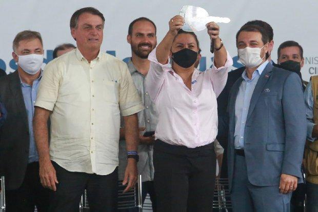 Em Florianópolis Bolsonaro entrega 225 veículo para assistência social em SC