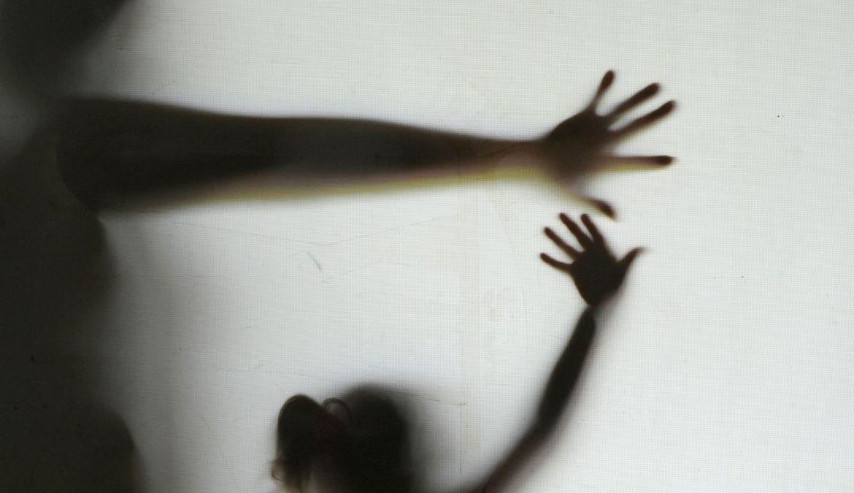 """TJ condena homens e mãe, que compartilhava filha com """"namorados"""", a pena de 123 anos"""