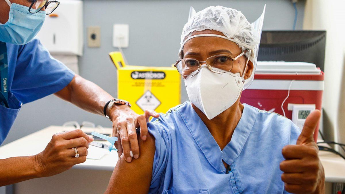 Primeira pessoa vacinada contra a Covid em Minas recebe a segunda dose da vacina
