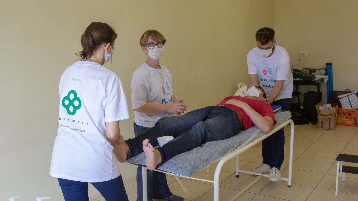 Projeto Bem-Estar Solidário leva práticas terapêuticas para profissionais da Saúde de São José/SC