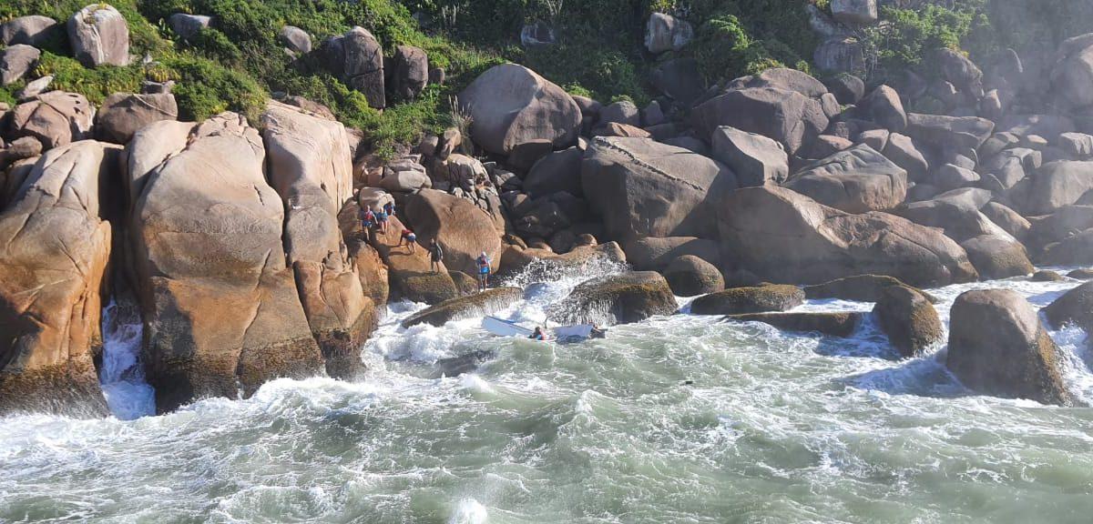 O helicóptero Arcanjo-01 fez resgate de vítima de naufrágio de embarcação em Florianópolis