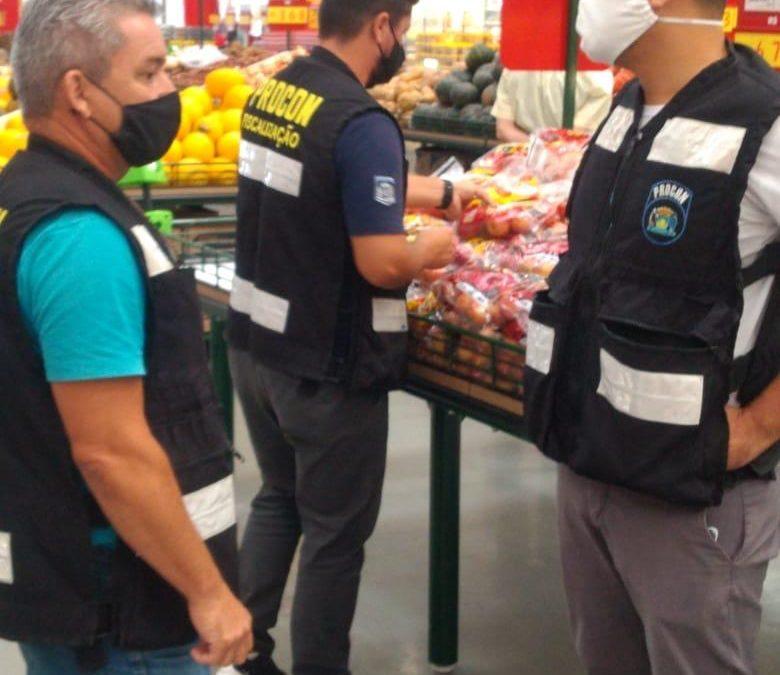 Procon Municipal de Florianópolis apreende quase 100 kg de alimentos em atacadista da Vargem Grande no norte da Capital