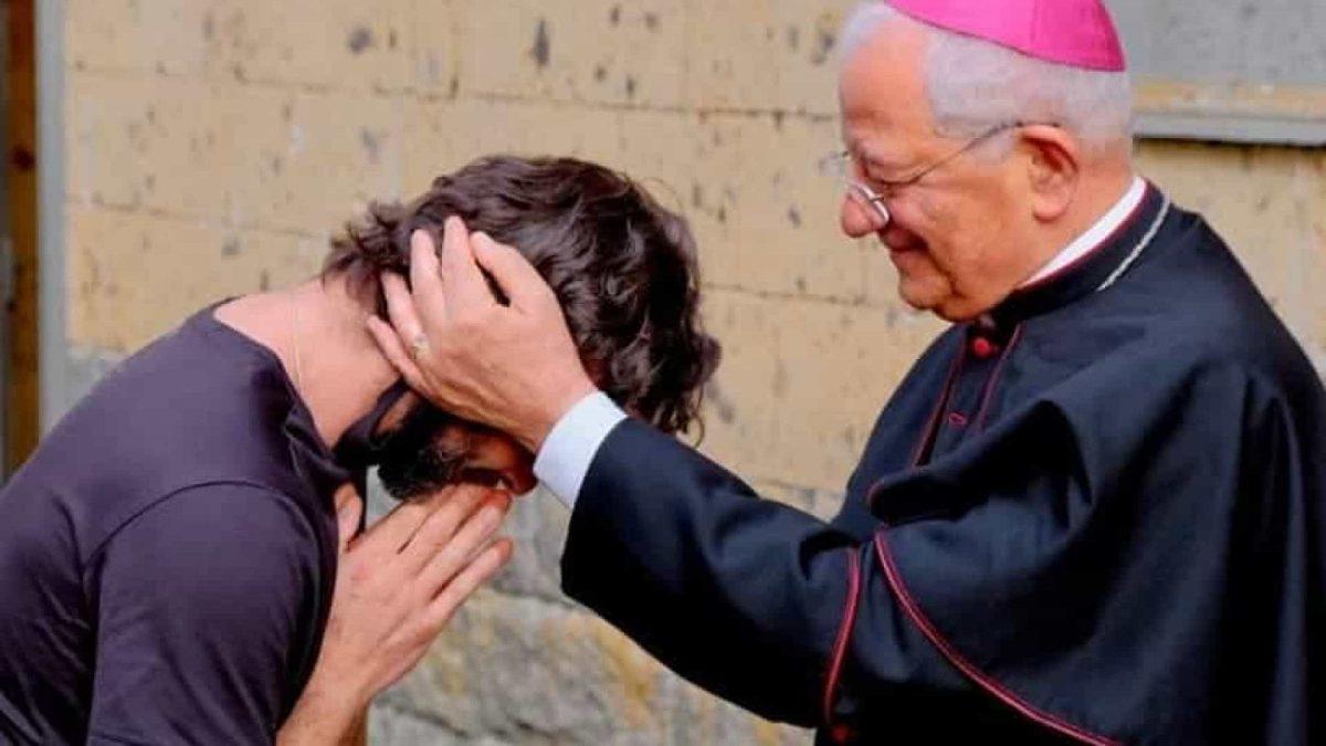 "Padre italiano abandona Igreja por amor. ""Pela Laura, desisto da batina"""