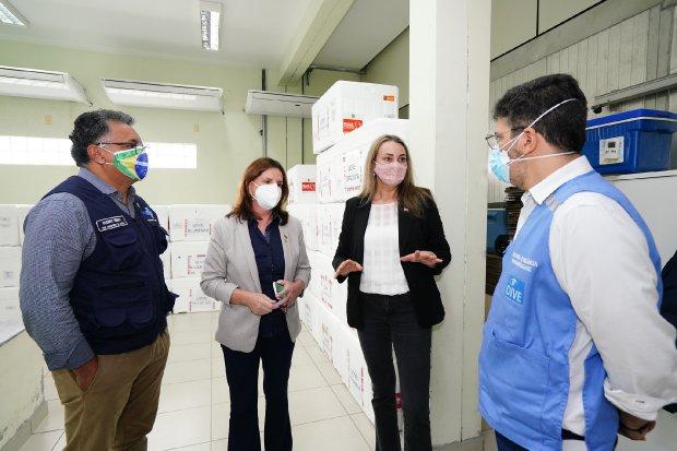Nova secretária de Saúde cumpre primeira agenda de trabalho com Daniela Reinehr em vistoria à central estadual de distribuição de vacinas