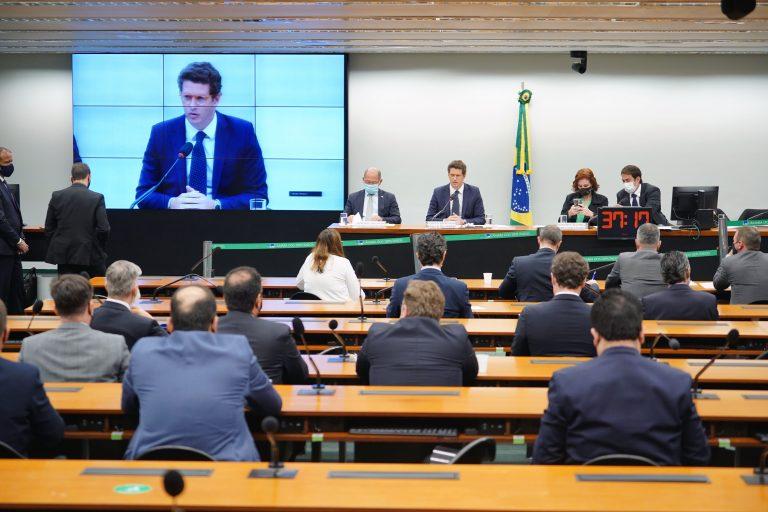 """Ricardo Salles refuta imagem do Brasil como """"pária ambiental"""" e vê avanços em acordo com EUA"""