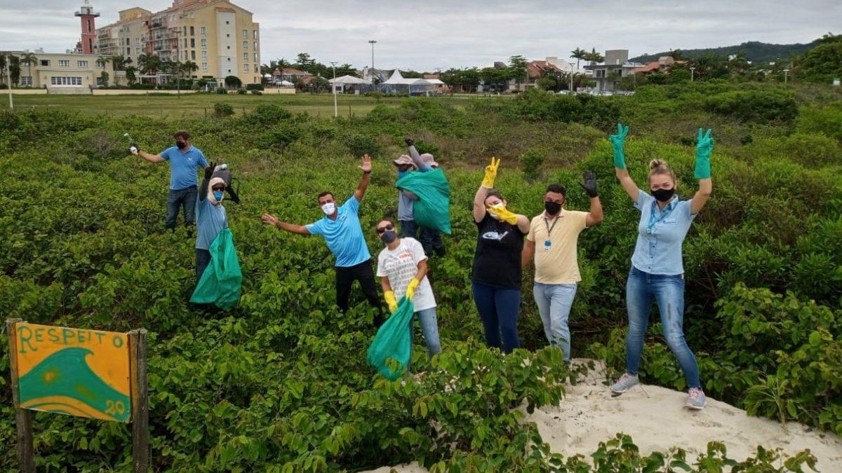 Voluntários fazem coleta de lixo na vegetação da praia de Jurerê Internacional