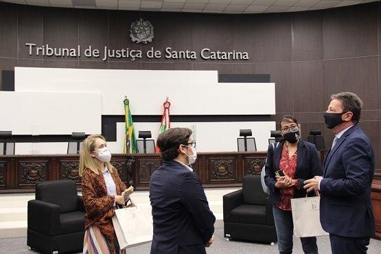 Presidente do TJSC Desembardador Ricardo Roesler recebe comitiva formada por observadores internacionais