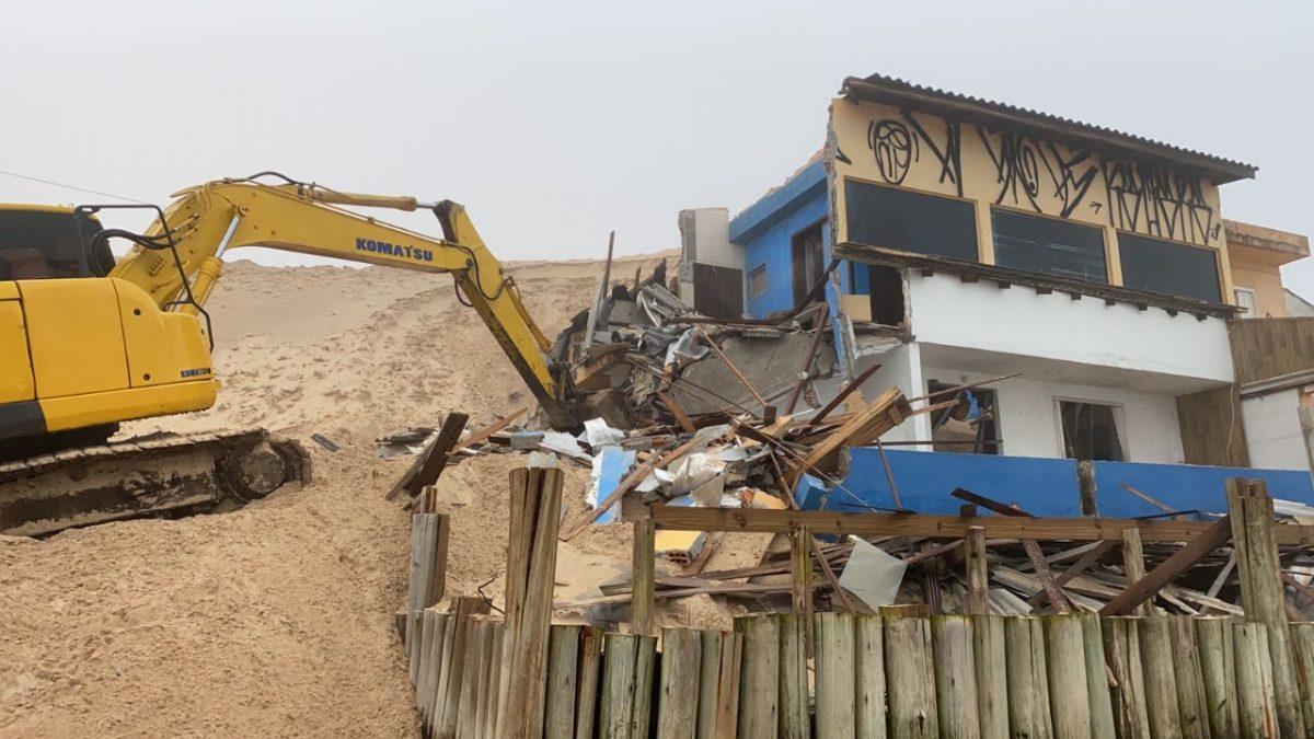 Casas interditas nas dunas no bairro ingleses começaram a se demolidas no norte de Florianópolis